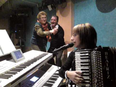 beatriz y su acordeon con sus gogos.MP4
