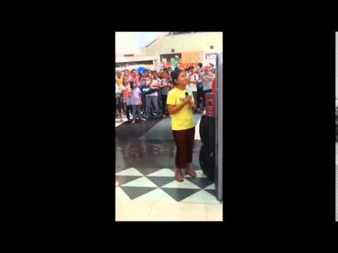 Amazing Filippine girls sings 'let it go' in Robinson mall in Manila