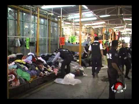 Policía federal y SAT decomisan ropa americana en el tianguis