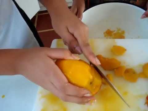 cocina 2008! nadie sabe pelar un mango xD!