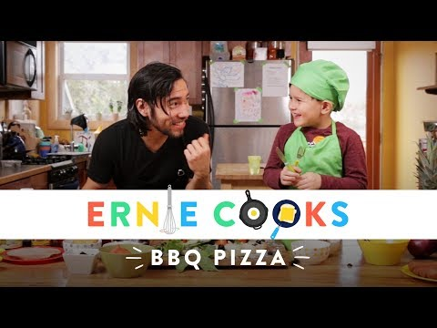 Cooking BBQ Pizza | Ernie Cooks | HiHo Kids