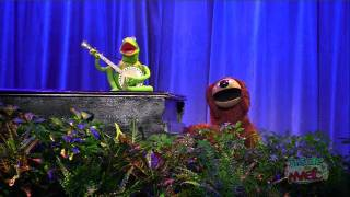 "Kermit and Rowlf sing ""Rainbow Connection"" at the 2011 D23 Expo"