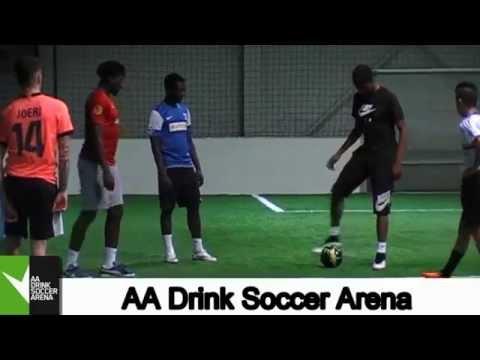 Divock Origi op bezoek in de AA Drink Soccer Arena