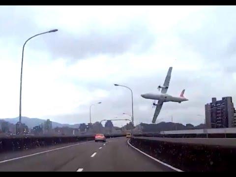 Avion se estrella con puente en Taiwan