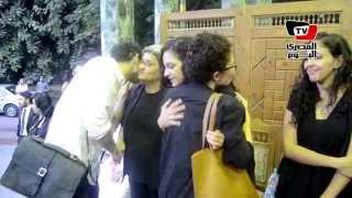 لحظة وصول سناء عبد الفتاح إلى جنازة والدها بعمر مكرم