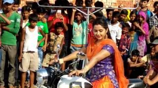 काजल राघवानी बाईक चलाते हुवे - Kajal Raghwani Shooting Time - Pataniya Bhauji - Bhojpuri Film