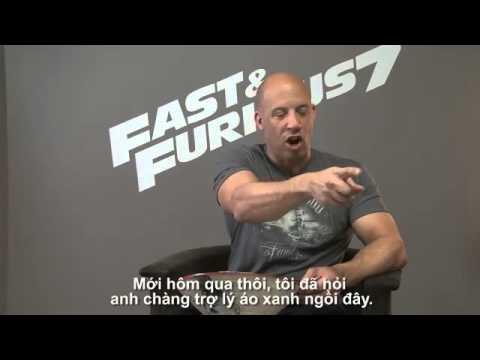 Vin Diesel thể hiện sự phấn khích khi đội nón lá Việt Nam