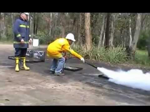 Как правильно тушить огонь огнетушителем