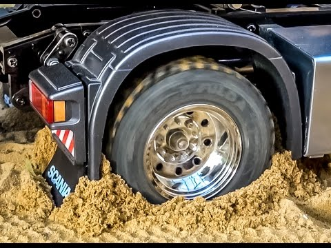 RC Scania 4x4 stuck! Rescue ACTION by Komatsu wheel loader! RC: Glashaus fun!