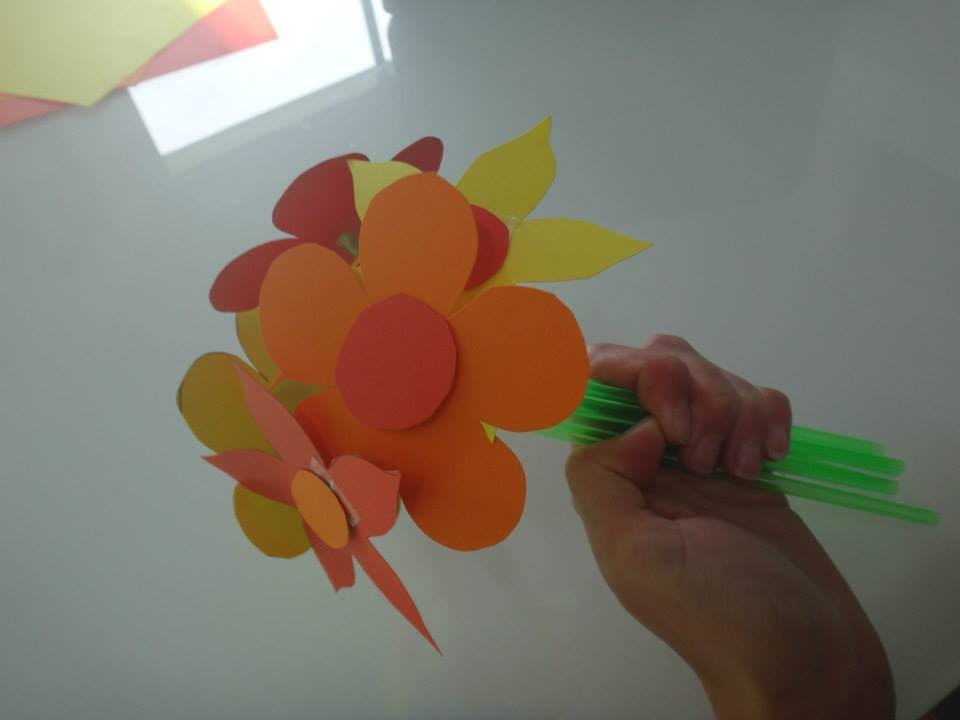 tuto activit manuelle bouquet fleur paille et papier. Black Bedroom Furniture Sets. Home Design Ideas
