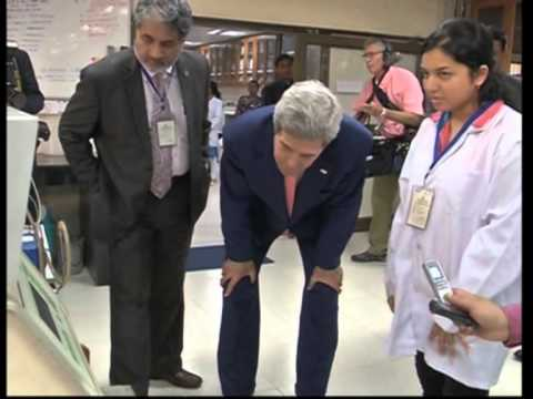 Kerry visits India's top engineering college in New Delhi