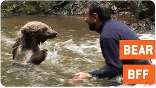 熊と男性の友情。