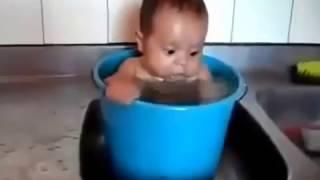 Приколы с детьми Смешное купание детей Смешные дети #2