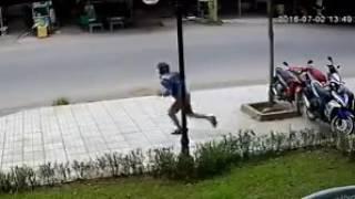 Trộm xe dính ngay camera giám sát chạy cong đít