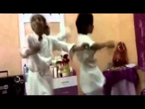 ورعان صغار يرقصون على اغنية بنات
