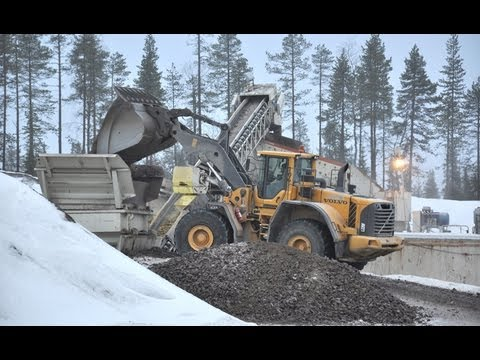 Volvo L110F and L220F working with Metso/Nordberg Crushers