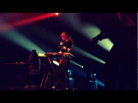 Grimes - Circumambient/Oblivion (Live at Esplanade)