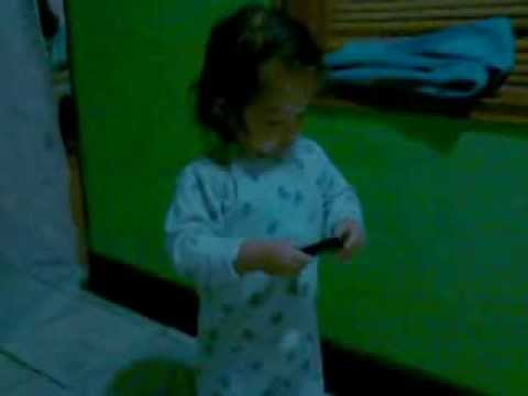 bebe hablando por celular como adulto adorable y chistoso