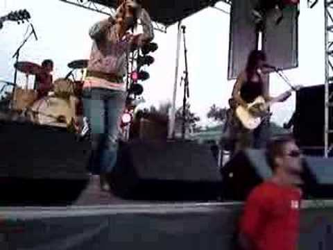 Meg and dia Roses at bamboozle special intro(high Quality) Video