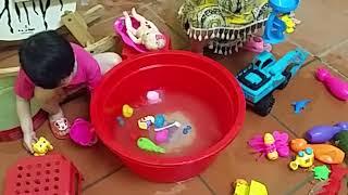 Bé BipBop tắm cho búp bê và rửa xe ngựa