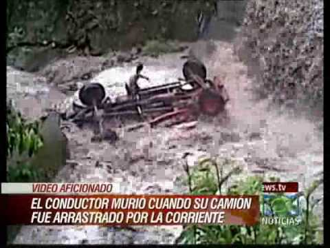 Camión es arrastrado por un río.  Truck falls into river