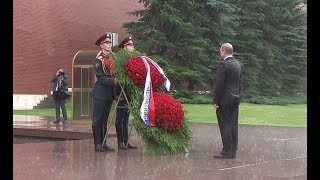 Putin caught in heavy rain during ceremony marking start of Great Patriotic War