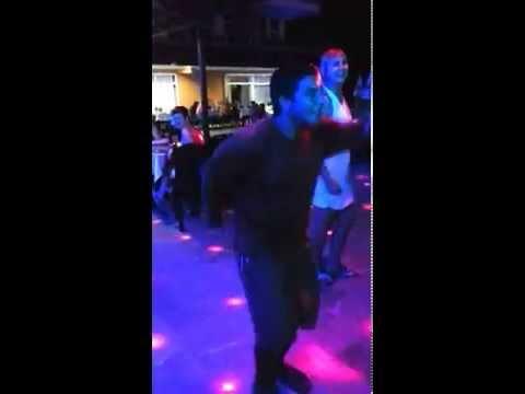 Зажигательный танец на дискотеке в отеле. Турция