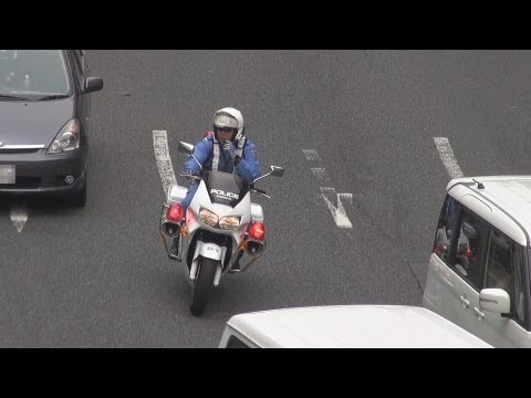白バイ2台で違反車両3台を一気に検挙。Two white police motorcycles arrest three violation vehicles.