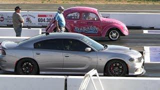 VW Beetle vs Hellcat Charger - 1/4 mile drag race