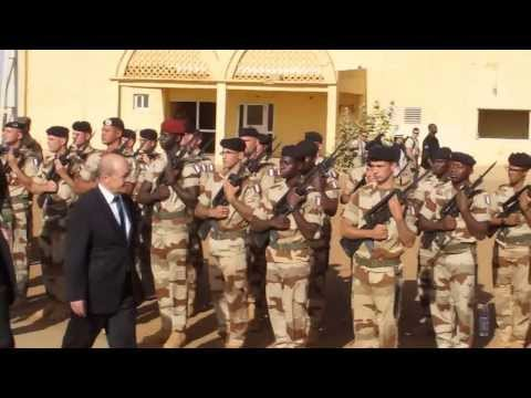 Le ministre français de la Défense, Jean-Yves Le Drian, visite la base française de Gao (Mali)