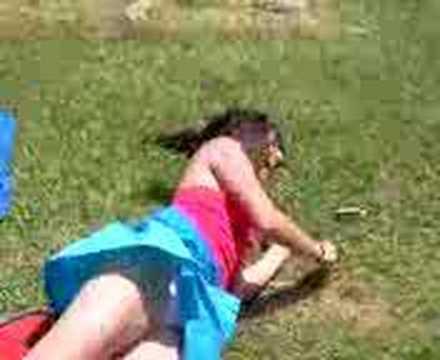 Susanita dando bueltas en el pasto xD
