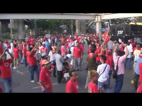 Thai Red Shirt protesters singing kwam-jing-wan-nee (truth today)