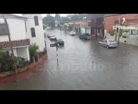 Una intensa lluvia se hace sentir en diferentes puntos de la ciudad