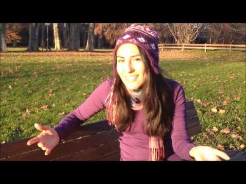 Lili habla en diferentes idiomas y hace diferentes voces y acentos