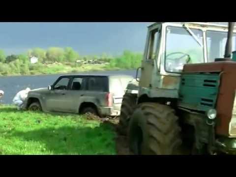 Mašīna + 2 traktori bedrē iesēdās.