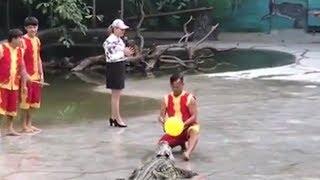 Video Viral Pawang dan Pembawa Acara Kaget Lari Pontang-panting saat Atrasi Bersama Buaya