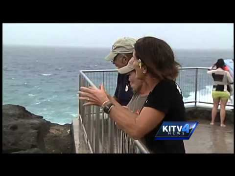 Oahu beachgoers take advantage of stormy weather