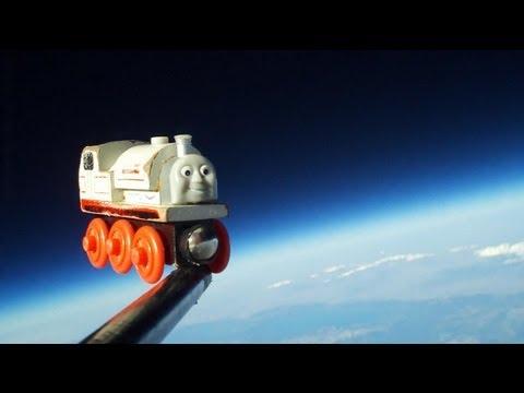 ปล่ายรถไฟของเล่นขึ้นลูกโป่ง ไปชมนอกโลก