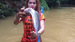 Amazing Girl Make BowFishing Using PVC Pipe To Shoot Fish -  Khmer Fishing At River Siem Reap