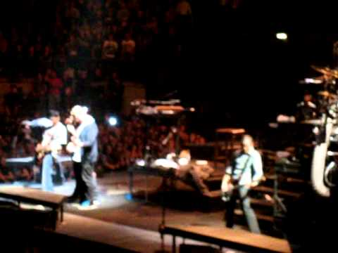 Faint - Linkin Park live at the O2 11/11/2010 (fans playing the guitar)