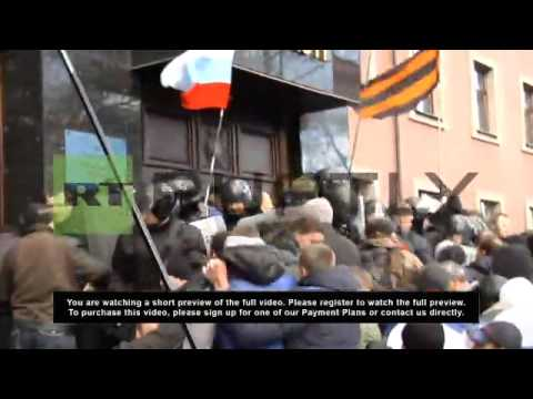 Ukraine: Hundreds storm Donetsk prosecutor's office, erect Russian flag