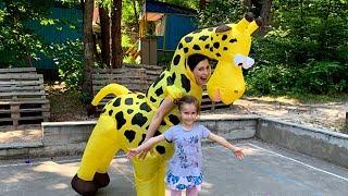 Kids play with BIG GIRAFFE Activities for kids with color balls Joy Joy Lika