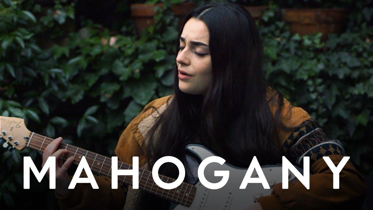 """Eleni Drake - 「Mahogany Session」にて""""Ceilings""""など2曲を披露 ギター弾き語り映像を公開 thm Music info Clip"""