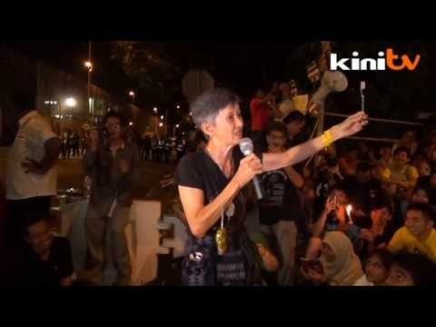 Auntie Bersih gives vigil-goers words of wisdom