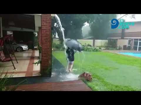 Durante una intensa tormenta, un rayo cae en el patio donde juega un niño, en Misiones