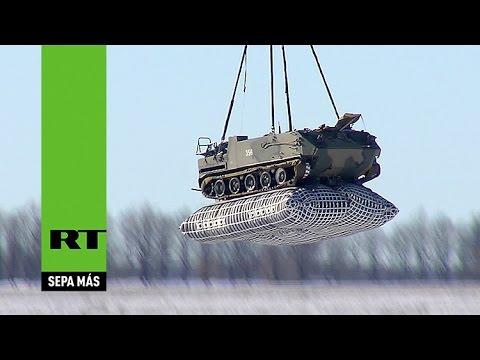 Paracaidistas rusos lanzan un vehículo blindado desde un avión
