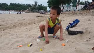 Bé chơi ô tô ở Hòn Chồng - Nha Trang