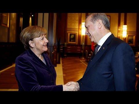 Германия и Турция попросят НАТО помочь в разрешении кризиса с беженцами