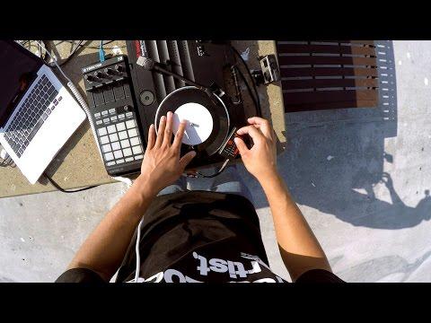 携帯用のターンテーブルでプレイするDJスゴワザテクニック
