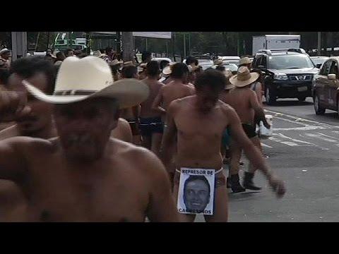 مزارعون مكسيكيون يتظاهرون بملابسهم الداخلية ضد فساد الحكام المحليين